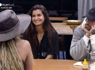 A Fazenda 2021: Marina Ferrari detona Erika pelas costas e depois sorri para ela
