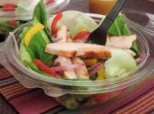 Salada pronta com frango rápida e saudável