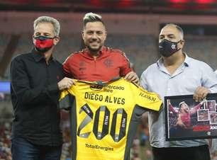 200 jogos no Flamengo: Diego Alves é homenageado antes da partida contra o Cuiabá