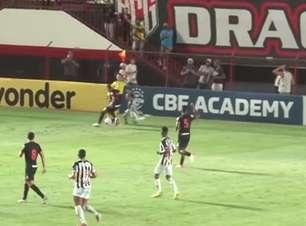ATLÉTICO-MG: Atropelou! Guga derruba bandeirinha na lateral do campo na derrota para o Atlético-GO