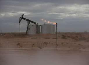 Preços do petróleo recuam com dados de produção dos EUA intensificando receios de demanda