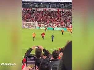 COPA DO BRASIL: Torcedor invade o campo, 'dribla' seguranças da Arena da Baixada, toma carrinho e leva público ao delírio com façanha