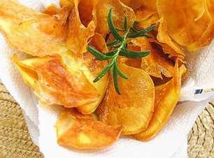 Chips de batatas-doces fritas bem crocantes