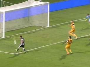 Atacante perde gol sem goleiro na Grécia