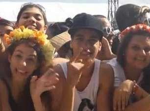 Fãs usam flores na cabeça para homenagear Lana Del Rey