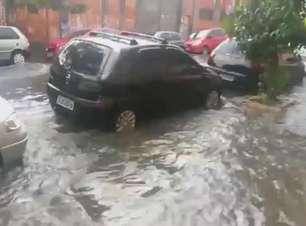 Forte chuva alaga rua na zona leste de São Paulo