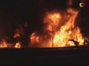 SP: carreta pega fogo em acidente na Dutra; dois ficam feridos