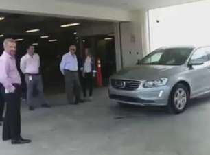 Teste de freada falha e carro atropela jornalistas