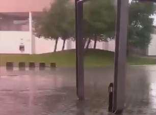 Mulher filma momento em que raio quase a atinge durante chuva