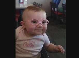 Encantou a web: de óculos, bebê vê direito pais pela 1ª vez