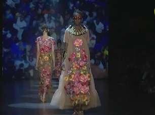 Ronaldo Fraga se inspira na cultura afro de Moçambique e apresenta lindo desfile