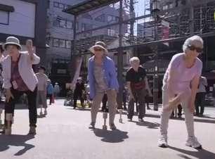 Idosos se reúnem para exercício físico no centro de Tóquio