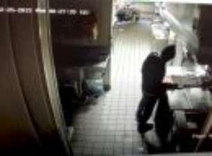 Assaltante prepara lanche na cozinha do Taco Bell e pega no sono
