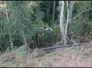 Homem fica ferido ao descer barranco de 20 metros e capotar carro
