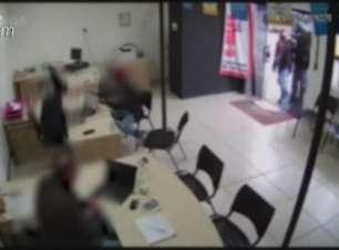 Trio rende funcionários em assalto a loja de veículos: veja o vídeo