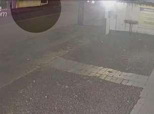 Veja: câmera registra momento em que carro e atinge fachada de igreja