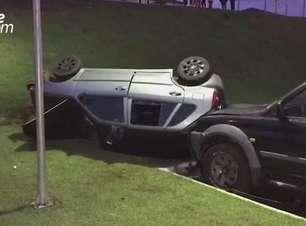 Depois de descer barranco, carro atinge caminhonete e tomba Bairro Riviera