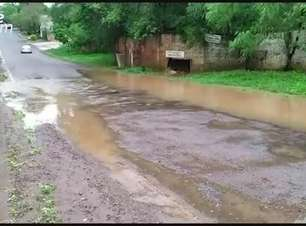 Rio sobe e parte da Rua Salgado Filho fica inundada