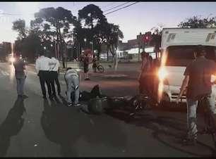 Homem fica ferido em acidente entre moto e caminhão no Centro