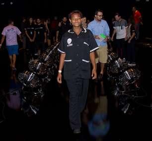 Faxineira vê primeiro desfile no Fashion Rio e se emociona