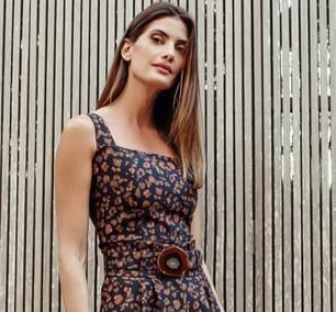 Trend: Fiorentino combina estampa do look com fivela de cinto
