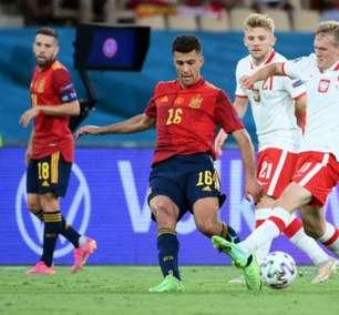 Lewandowski marca e Espanha empata com a Polônia