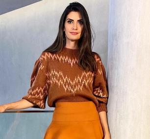 Isabella Fiorentino tem 'uniforme': saia com blusa de tricô