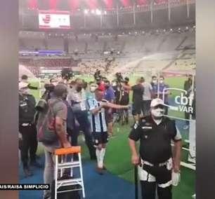 FLAMENGO: Torcedores xingam Rafinha no fim do jogo, que responde exibindo tatuagens com as conquistas pelo clube