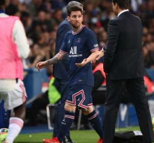 Irritado com substituição, Messi não cumprimenta Pochettino após sair em jogo do PSG