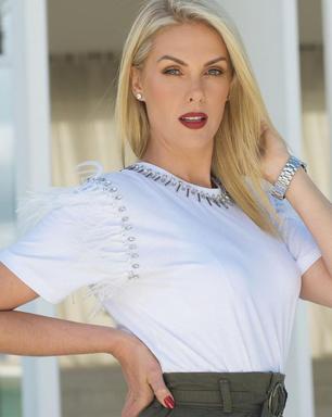 Bota branca, saia cargo e camiseta: lição fashion de Hickmann