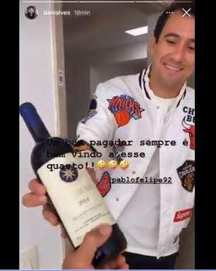 Daniel Alves recebe vinho de quase R$ 5 mil após assistência