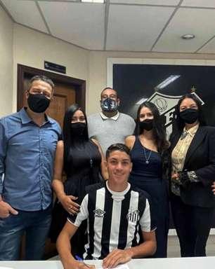 Zagueiro Jair, de 16 anos, assina contrato milionário com o Santos