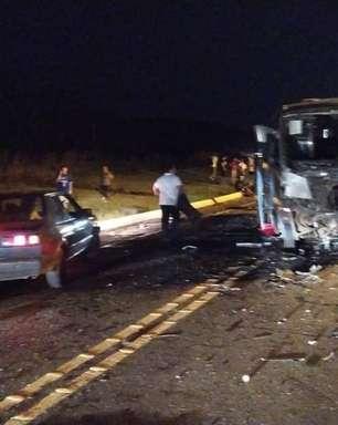 Acidente com micro-ônibus de equipe de vôlei mata três em SC