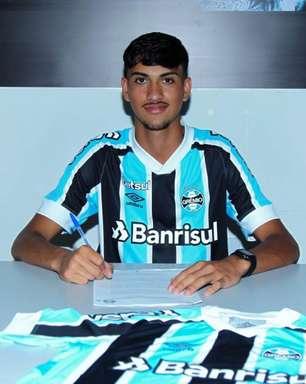 Inspirado em Geromel e com multa milionária, zagueiro assina contrato profissional com o Grêmio