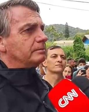 Bolsonaro fala mal da Globo na frente de repórter do canal
