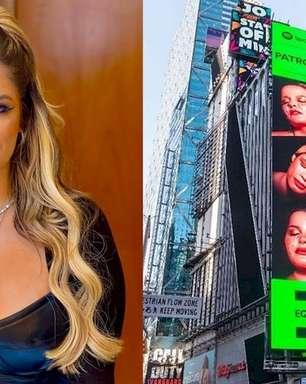 Marília Mendonça se emociona com outdoor gigante na Times Square, em Nova York