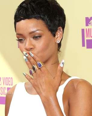 Rihanna desenha rainha da Inglaterra e dólar nas unhas; veja