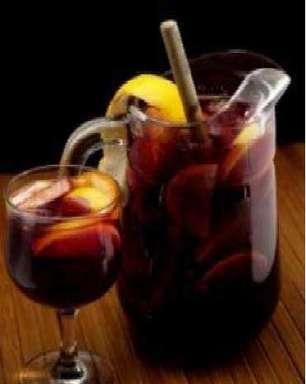 Aprenda a fazer caipirinha de frutas com vinho tinto