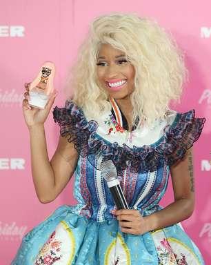 Nicki Minaj chama atenção com vestido de 'retalhos' em lançamento de perfume