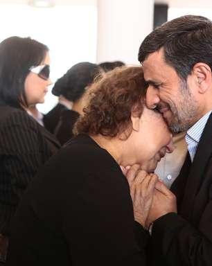 Após foto com mãe de Chávez, Ahmadinejad é acusado de infringir lei islâmica