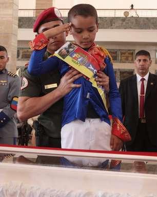 Maduro lidera homenagem a Chávez uma semana após morte do líder