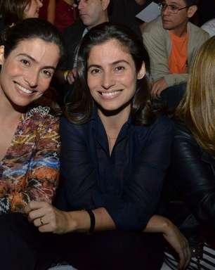 Com a irmã gêmea, Renata Vasconcellos confere Fashion Rio