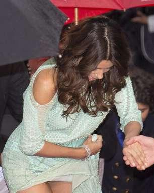 Eva Longoria se atrapalha com vestido e mostra demais em Cannes