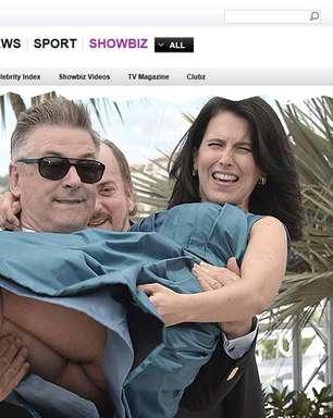 Alec Baldwin carrega mulher no colo e ela deixa bumbum à mostra
