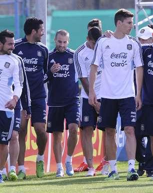 Sem dores, Messi treina entre os titulares da seleção argentina