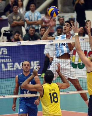 Com briga de técnicos, Brasil volta a vencer Argentina e lidera chave