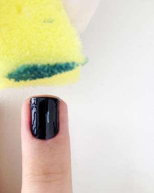 Aprenda a fazer unhas ombré misturando preto e verde metalizado