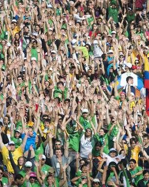 Voluntários ensaiam para fazer flash mob mais bonito para o Papa