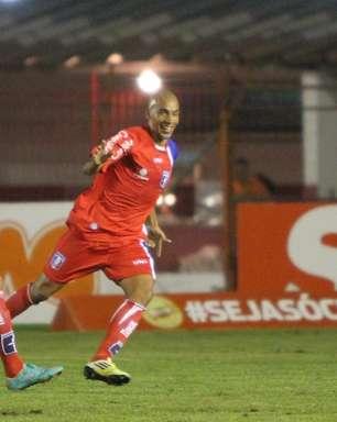 Com gol e susto, Douglas Tanque leva Guaratinguetá à vitória