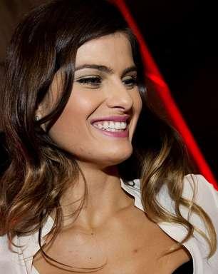 Isabeli Fontana vai a evento de beleza com sutiã à mostra; veja